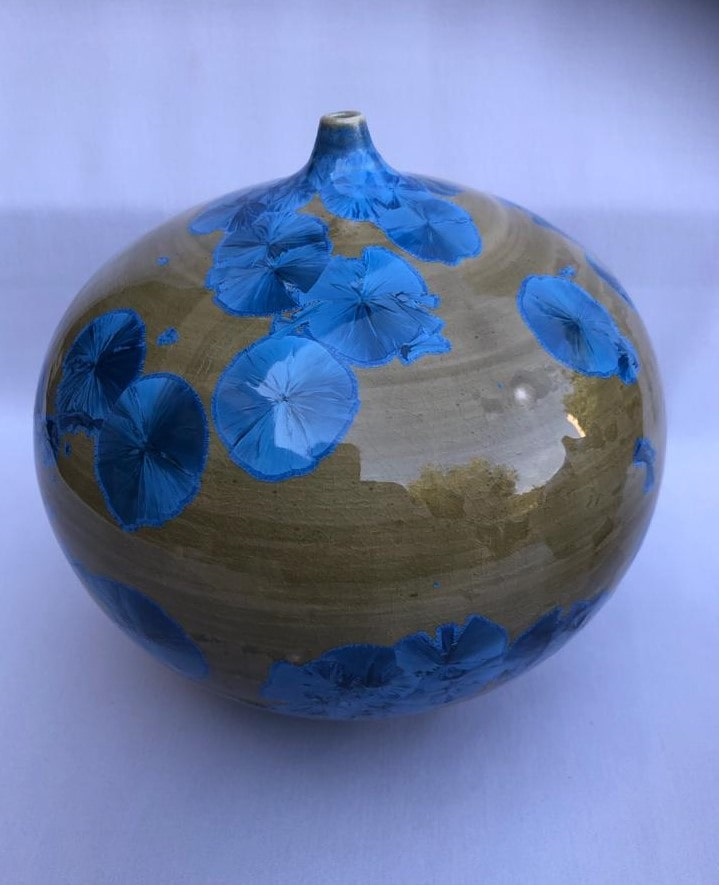 בקבוק נוי קרמי עגול בצבעי כחול וחום