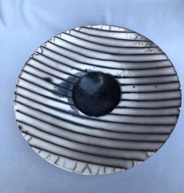 קערה קרמית בצבעי לבן, שחור ואפור